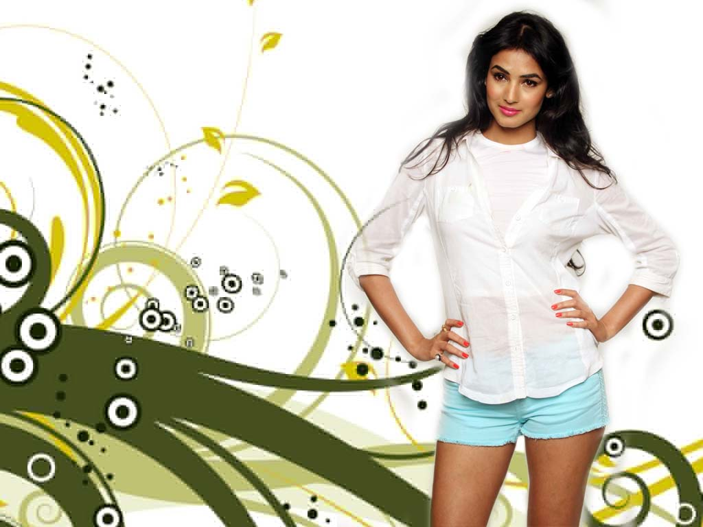 Bollywood Hot Actresses: Sonal Chauhan Looking Cool